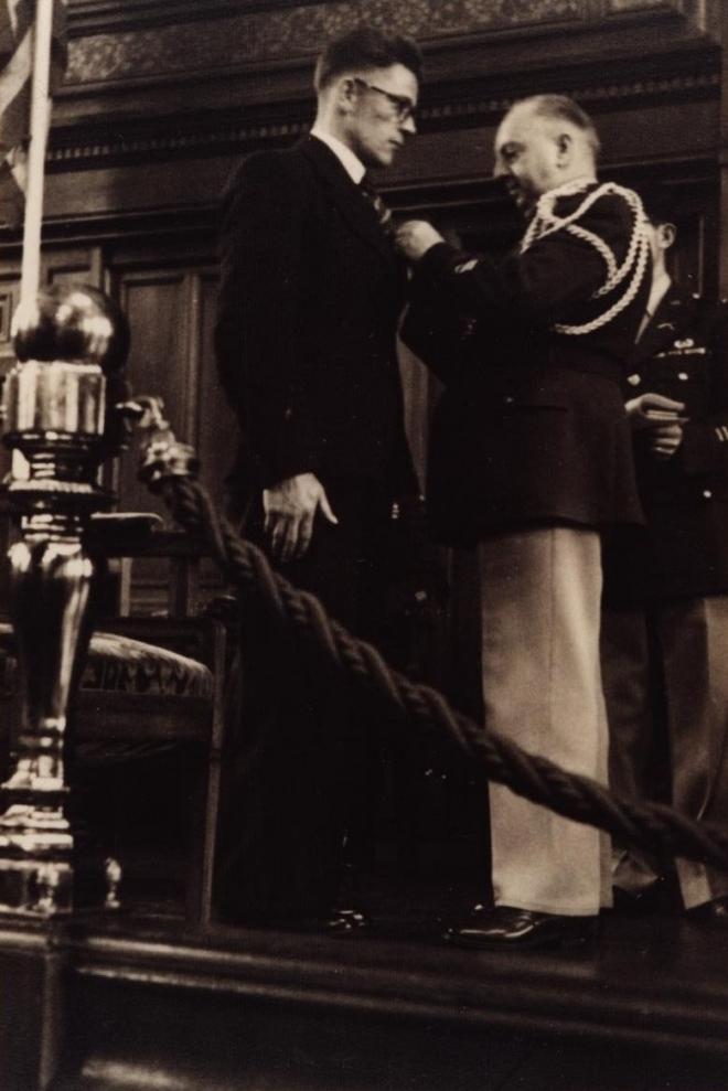 Echtpaar manders  beijers - 33a-bernard-manders-ontvangt-in-het-tropen-museum-de-medal-of-freedom