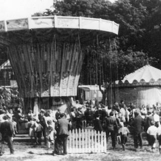 001-Bakel kermis op het terrein van Adriaans (rond 1965).