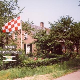 007-Museum de Tolbrug aan de Neerstraat te Bakel. Het museum toont gebruiksvoorwerpen, werktuigen, huishoudelijke artikelen en gereedschappen, die de mensen in vroegere tijden in Brabant en met name de Peel hebben gebruikt.