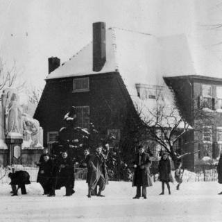008-Sneeuwballengevecht, hoek van Dorpsstraat en van de Poelstraat. Op de achtergrond het huis van voormalig hoofd van de school Willem de Vries.