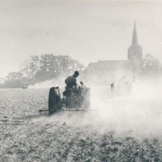 011-Werken op het land, met op de achtergrond de kerk in Bakel.