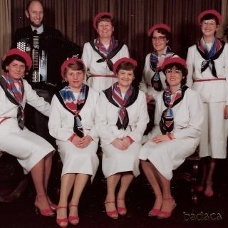 """012-Foto uit 1984: cabaretgroep """"BaDaCa"""" uit Bakel (BAkels DAmes CAbaret). Ze traden op voor o.a. De Zonnebloem, verpleeghuizen en vrouwenbonden."""