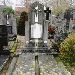 015-Historische graven op het kerkhof achter de kerk in Bakel.