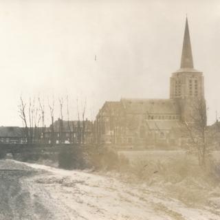 016-Foto van de kerk in Bakel, genomen vanaf wat nu de Julianastraat is, rond 1937.