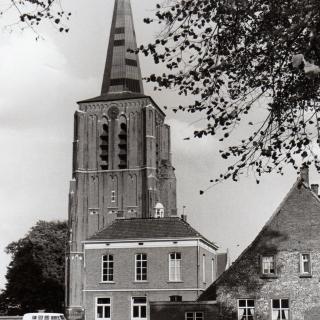 017-Deze foto is in 1971 genomen van de St.-Willibrorduskerk, toen het oude gemeentehuis er nog stond.