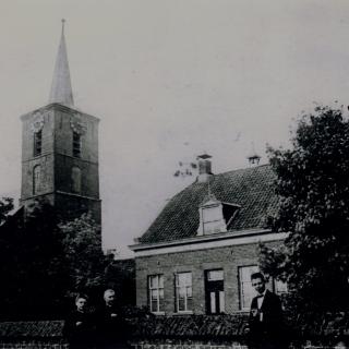 021-Kerk te Milheeze, rondom 1920, met de pastorie. Kapelaan Simonis staat in het midden.