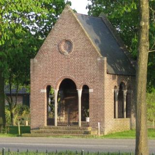 023-De Mariakapel met Mariabeeld, gelegen aan de Schutboomsestraat in Milheeze, is in gebruik genomen in 1938 ter gelegenheid van het 40-jarig pastoorsjubileum van pastoor Simonis.