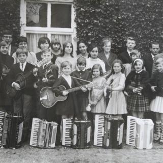 """037-Door samenvoeging van de gitaarclub en de accordeonclub, in 1965, kwam deze muziekclub """"Eikendreef"""" tot stand. In 1968 hield de club op te bestaan."""