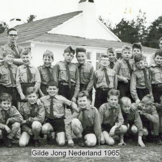038-Groepsfoto van het Gilde / Jong Nederland uit 1965 voor het oude jeugdhuis, dat op de Speelweide stond.