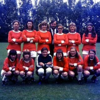 040-Dit is het eerste dameselftal van Bavos. In hun beginjaar 1971 was de naam FC Davo, wat later in dat jaar veranderde in Bavos. In 1972 werden ze kampioen van de afd. Zuid van de KNVB in Noord-Brabant. In 1973 deden ze mee aan een toernooi van de Emgals in Leicester in Engeland. Ze gingen er met de boot naar toe en logeerden bij de speelsters van die club. In 1974 brachten de Emgals een tegenbezoek in Bakel.  In 1976 is het damesteam gestopt.