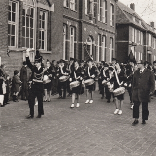 042-Musis Sacrum is gestart in 1874 als fanfare en is in 1997 omgevormd tot harmonie, met een slagwerkgroep sinds 1954, en twirl sinds 1979.