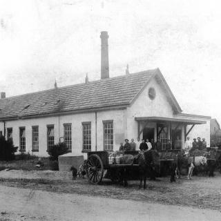 047-Op de hoek Molenakkers-Auerschootseweg in Bakel werd in 1912 deze nieuwe boterfabriek gebouwd die tot 1954 in gebruik was. Enkele jaren later is hij afgebroken.