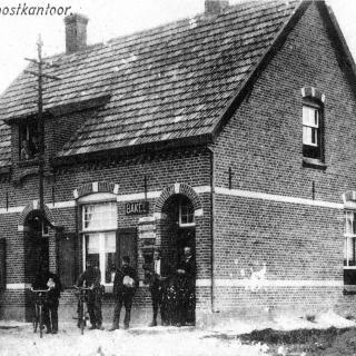 048-Dit hulppostkantoor, dat later dienst deed als dokterspraktijk, stond tegenover de school in de Schoolstraat in Bakel. In 1966 is dit gebouw afgebroken, op deze plaats is vanaf dat jaartal kapsalon Manders gevestigd.