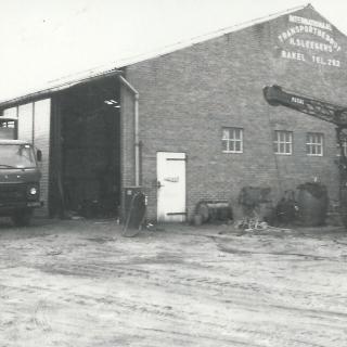 049-Internationaal Transportbedrijf H. Sleegers B.V. werd opgericht in 1949 door Driek Sleegers en lag aan de Auerschootseweg in Bakel. Na zijn dood in 1985 werd zijn bedrijf opgesplitst.