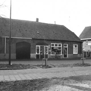 050-Fietsenmaker Toon Staassen had van 1952 tot 1978 zijn bedrijf aan de Dorpsstraat in Bakel. Rechts de ruitersportwinkel van Mies Verhoeven, hij startte elders in 1949, maar kocht in 1956 dit pand. Zoon Peter nam het bedrijf over in 1988.