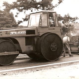 056-Wegenbouwbedrijf Kembra uit Milheeze werd opgericht in 1965 en is in 1990 overgenomen door een ander bedrijf. Op de foto een asfalteermachine.