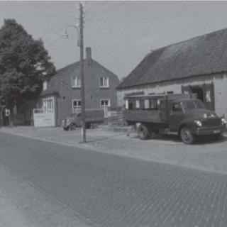 057-In 1965 is dit oude pakhuis van Wout van Buel aan het Kerkeind in Milheeze afgebroken. Het diende tot 1929 als boterfabriek.