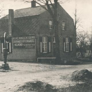 058-Kolen- en bouwmaterialenhandel  Jan van Kessel, Kerkeind Milheeze. Opgericht in 1921. Het huis op de foto stamt uit 1920, de eikenboom staat er nog steeds
