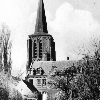 059-Kerkepad te Bakel, in de richting de Dorpsstraat. Voor de kerk het oude bejaardenhuis/klooster dat later is afgebroken.