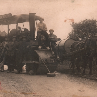 068-De weg Helmond - Bakel - Milheeze wordt verhard met asfalt, omstreeks 1925, met geheel links de wegwerker uit Bakel die toezicht houdt bij de wegwerkzaamheden.