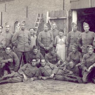 070-Foto gemaakt tijdens de mobilisatie, dus in het jaar  vóór het uitbreken van de 2e Wereldoorlog, in Milheeze bij familie Verhoeven aan de Schutsboom.