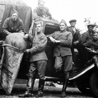 071-Mobilisatie 1940. Nederlandse soldaten aan de Schutsboom in Milheeze.