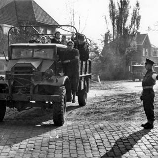 074-1944-1945. Komst van de evacués uit Venray in Bakel, hoek van de Poelstraat - Dorpsstraat.
