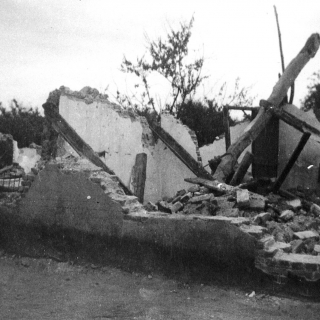 075-Foto van caféboerderij Jonkers aan de Dorpsstraat in Bakel, volledig vernield door een bom, 24 september 1943.