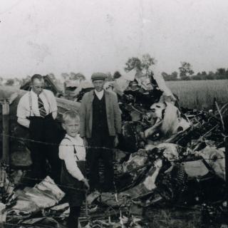 076-Wrak van een Brits vliegtuig op de Klef in Milheeze. Neergestort in 1944.