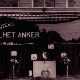 077-Etalage bij Bussemakers in de Schoolstraat in Bakel. Tijdens de duur van de oorlog stond daar een 'oranje' goudvis in de etalage, als teken van Oranjegezindheid.
