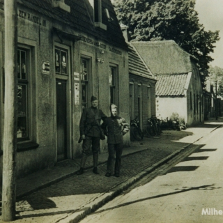 080-Nederlandse militairen aan het Kerkeind te Milheeze.