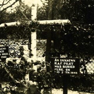 081-Graf van een Engelse piloot, in het begin van de oorlog, op het terrein van de St.-Jozefsheil.