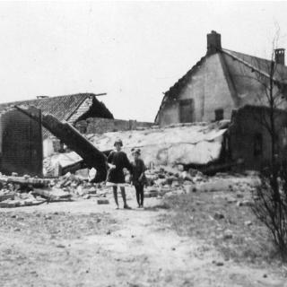 082-1941, boerderij van de familie van de Berk aan het Roessel in Bakel na het neerstorten van een Brits vliegtuig.