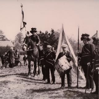 083-Feest in oorlogstijd in Bakel: in 1942 wordt de Bakelse molen na een restauratie feestelijk heropend, in aanwezigheid van het gilde.