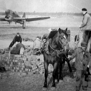 084-Vliegveld in Brouwhuis (destijds nog gemeente Bakel). Half november 1944 werd gestart met de aanleg.