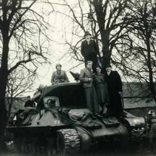 087-Milheeze, 't Hof, in 1944 tijdens de bevrijding, bij de boerderij van Cornelissen.
